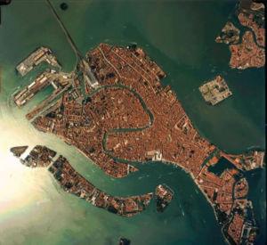 http://it.wikipedia.org/wiki/Venezia#Piazze_e_Campi