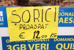 Angebot im Fenster eines rumänischen Lebensmittelladens